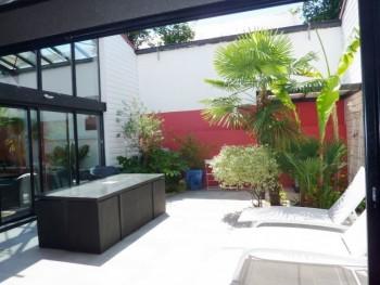 maison loft la rochelle avec piscine int rieure location tournage cin ma avec cast 39 things. Black Bedroom Furniture Sets. Home Design Ideas
