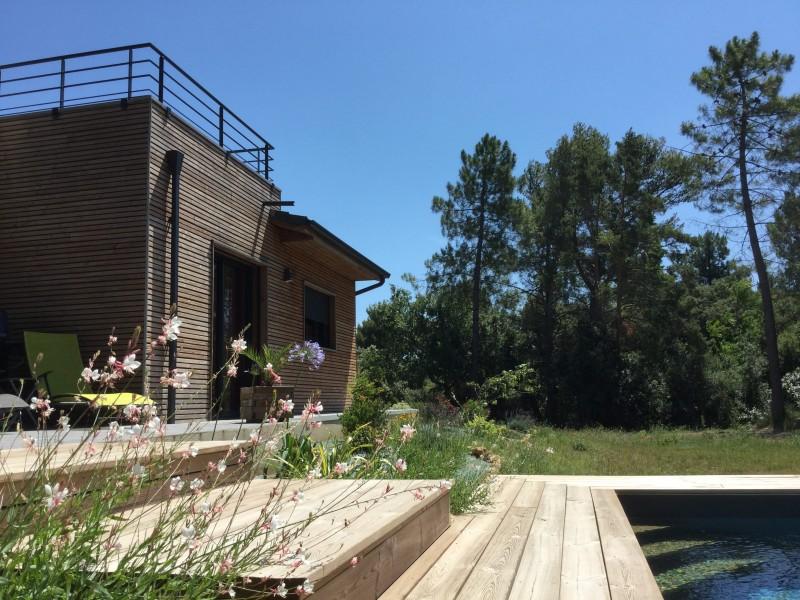 Maison contemporaine en bois avec piscine entre vignes et forêt ...