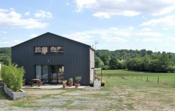 curieux et unique hangar transform en maison de campagne location tournage cin ma avec cast. Black Bedroom Furniture Sets. Home Design Ideas