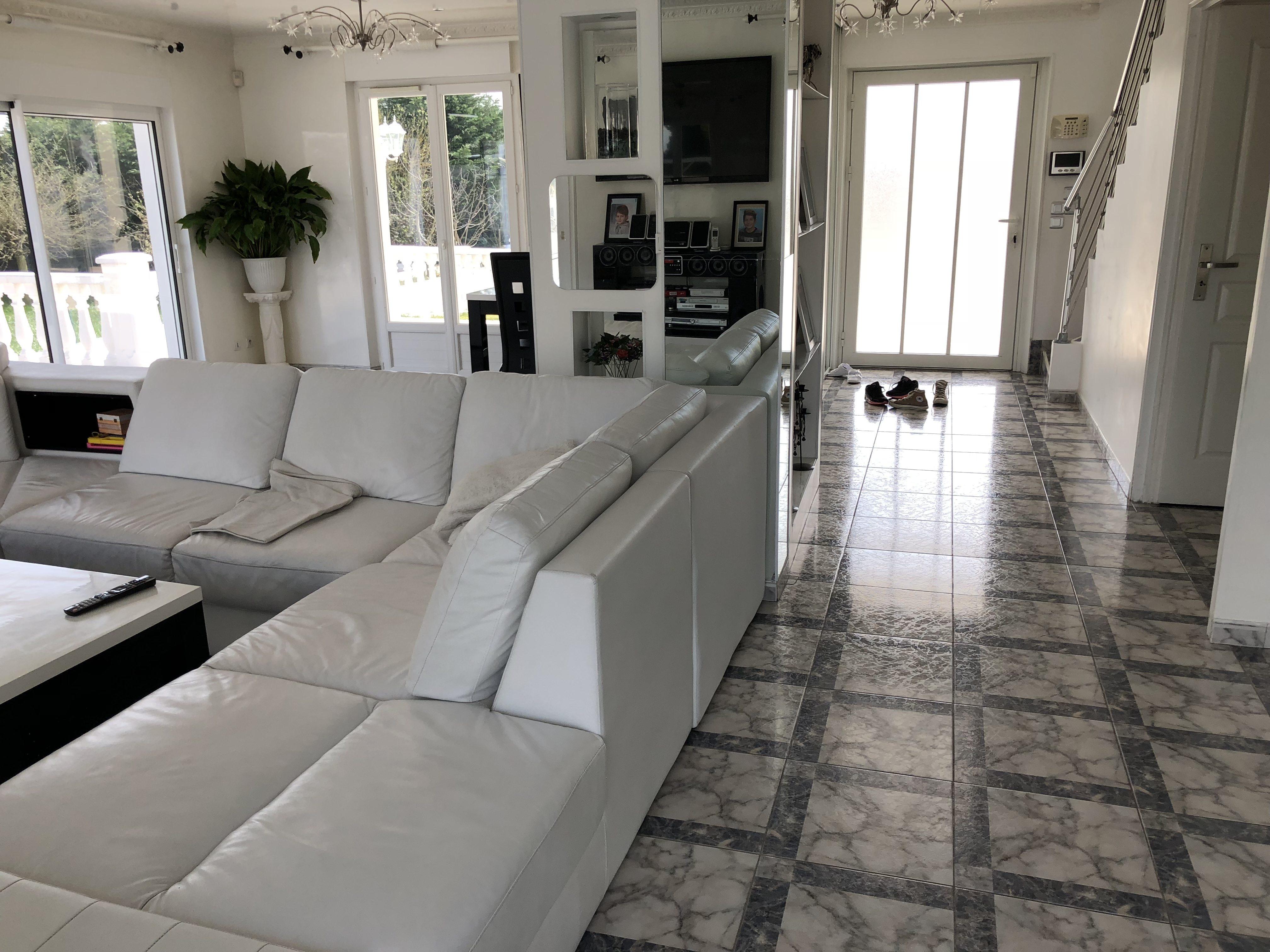 villa avec piscine val d 39 oise location tournage cin ma avec cast 39 things. Black Bedroom Furniture Sets. Home Design Ideas